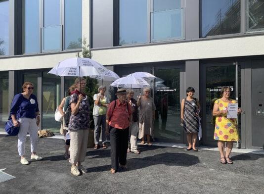 Omas gegen rechts Protest gegen Karl Schrem Bau Landsberg am Lech